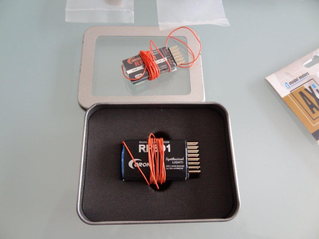 [Vends] Lot de pieces aeromodelisme moteurs helices recepteur 4 et 8 voies ... DSC02648